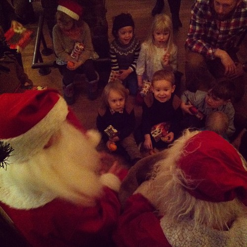 Santas give the little people gifts #santa #kids #kaffibarinn