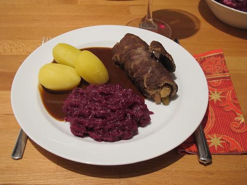 Rinderrouladen mit Rotkohl und Salzkartoffeln