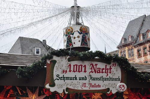 Los puestos navideños abarrotan la antigua plaza del mercado cuyo epicentro es un pilar de siglos de historia sobre el que en Navidad se apoya el techo de luces. Mercado navideño de Mainz, uno de los más bonitos de Alemania - 8295338052 9d3b638044 - Mercado navideño de Mainz, uno de los más bonitos de Alemania