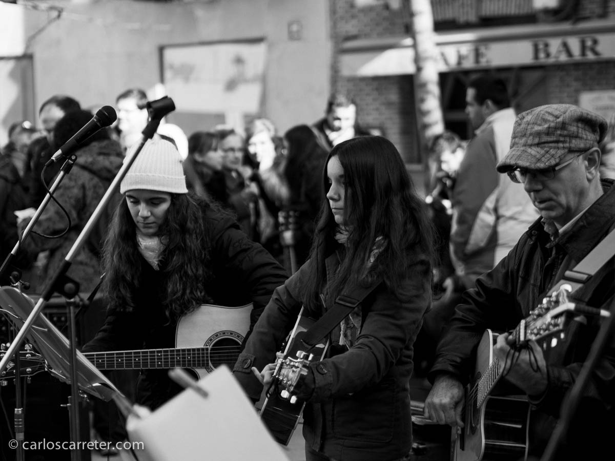 Músicos callejeros cantan (mal) canciones de Amaral en la pza. José Sinués