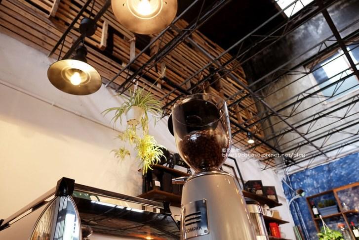 29456144392 9d2d36a4b4 c - 民生咖啡People&Life.Cafe-復古氛圍老屋咖啡館.加入許多老傢私元素.展區牆.餅乾吐司咖啡香.近向上國中