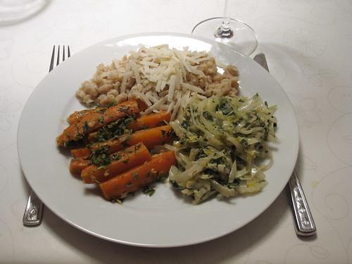 Crossover: Orientalische Möhrensticks und asiatischer Weißkohl zu Spätzle mit Parmesan