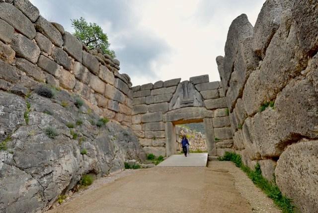 邁錫尼 (Mycenae) 是公元前 10 至 20 世紀中邁錫尼文明的代表城市,荷馬史詩中小亞細亞人的都城,在未被發掘出土前,一直被認為只是個神話傳說。門票 8 EUR,包含主遺跡、博物館,以及阿特柔斯寶庫 (Treasury of Atreus) 三個區域。圖為獅子門,處主遺跡群入口處,其獅首已不存在。