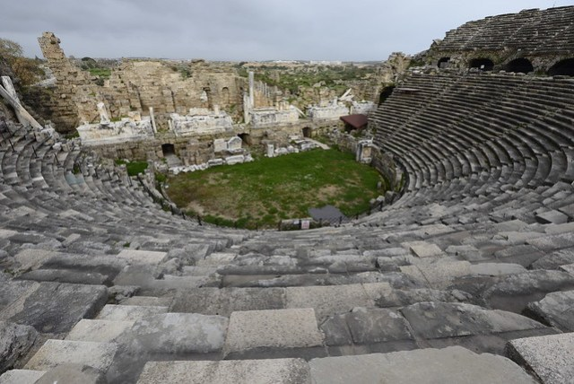 和阿斯班多斯 (Aspendos) 古劇場比較起來,希德 (Side) 的這個劇場就顯得渺小,保存的狀況較差,裡頭能進入的區域也有限,下方觀眾席及舞台區域已布滿雜草,老實說看過 15 TL 的 Aspendos,即使這裡只要 5 TL 的門票(實際上要 10 TL),我也不很想進來。之所以會來也是因為旅遊書給它三個星的推薦,的確如果不與他人比較,此處也是 Side 比較可看的景點。