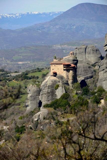 梅特歐拉 (Meteora) 區域共有六座修道院,Agios Nikolaos 修道院是上山後所遇到的第一座,規模最小,形成一股狹窄的特有氛圍,頂端有一明顯的鐘塔。我們正好遇到當地人在做禮拜,一開始修士(?)沒時間理我們,禮拜一做完馬上跑來跟我們收門票。