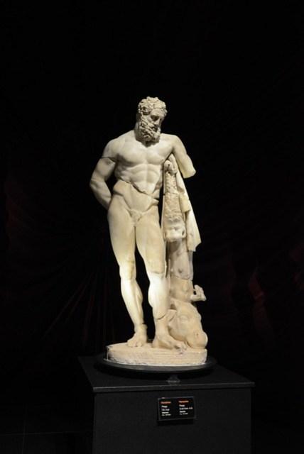 雖然對於博物館系列的行程並不非常感興趣(沒有相關的文化背景,根本看不懂啊!),但民宿老闆強力的推薦,加上下午似乎也沒特別的事,所以還是搭了電車去了安塔利亞考古博物館。裡頭眾多且保存良好的巨大雕像是一大賣點,大量的古物都是由佩爾蓋 (Perge) 出土的,也讓我對這個原本沒有列入行程的景點產生了興趣,然後行程就開始錯亂。XD 圖為海克力斯 (Heracles) 像,博物館的經典收藏之一。