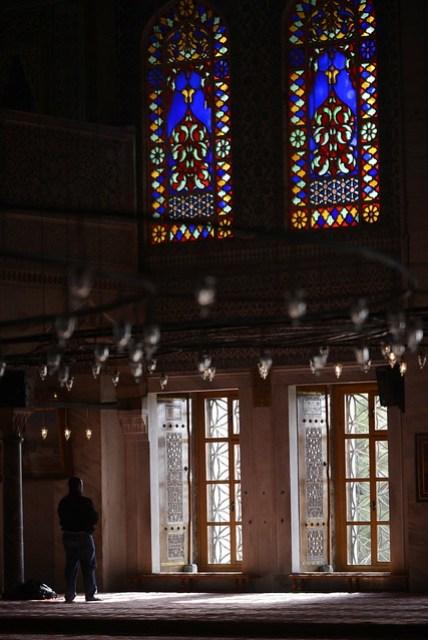 藍色清真寺雖然是因為其內部磚塊所用的顏色而得名,但更為顯著的是類似教堂的彩色玻璃窗戶,融合基督教和回教的風格,違和感並不強烈。現場各大旅行團、遊客眾多,不愧是伊斯坦堡的重點旅遊區域。