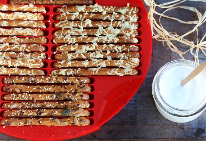 palitos ecológicos de harina de espelta y yogurt con queso y semillas_molde lekue