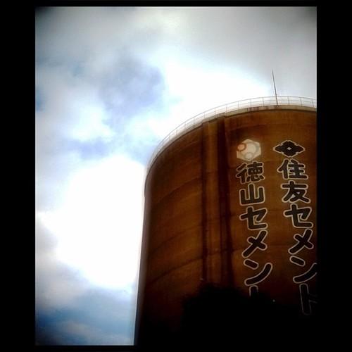 塔の頂上から見渡す世界はいったいどこまで続いているだろう? by Rocketman3