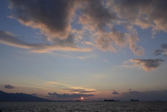 回到伊茲密爾 (Izmir) 時間尚早,走出旅館往愛琴海的方向逛去,海濱公園有許多遊客,還遇到一群只會說土耳其語的女生要幫我們錄影。夕陽緩緩沒入愛琴海中,想起今日就是留在土耳其的最後一夜,明天以後,土耳其人的熱情個性,就只能留在記憶中了。