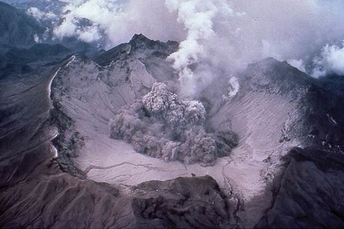 Pinatubo_early_eruption_1991