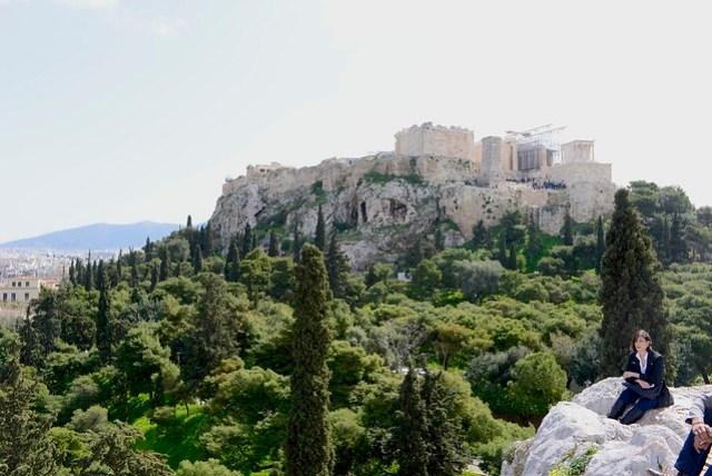 雅典衛城 (Acropolis) 可說是雅典最著名的地標物,雖不是海拔最高處,但仍屬高高在上,具有雄霸一方的氣勢。其東北方山腳下有著名觀光區普拉卡 (Plaka),東南方山腳下是另一處遺跡 -- 古市場 (Agora),幾乎多數的景點都集中於此。門票為 12 歐元之聯票,可遊覽周遭古蹟群。