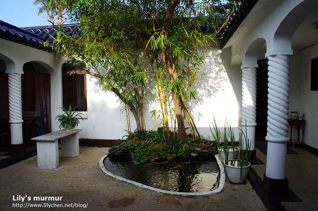 這是中庭的小庭園,一小方池塘養著錦鯉,還綴有細竹,看起來很雅緻舒適。
