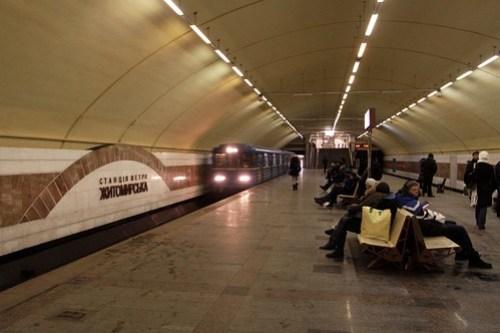 Train arrives at Zhytomyrska (Житомирська) station