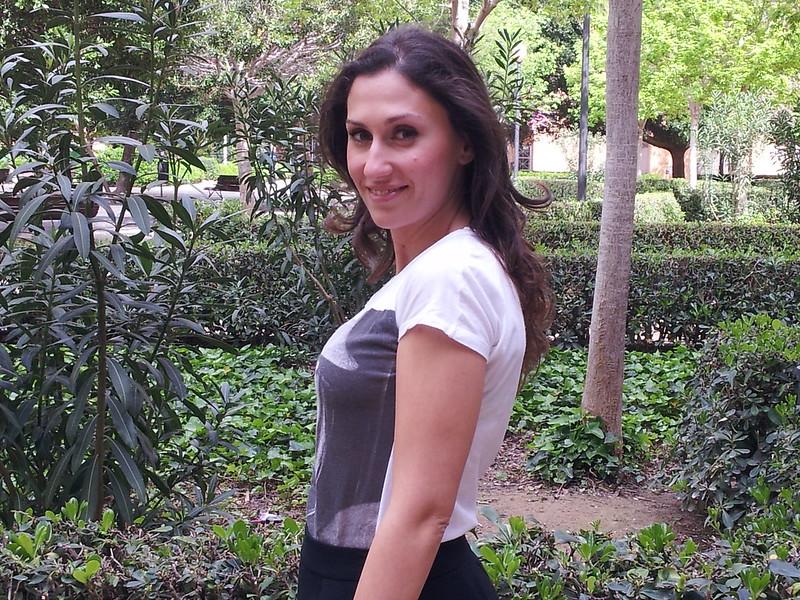 camiseta, falda negra, trench bicolor