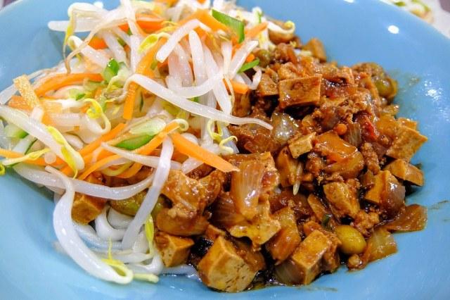 老北京炸醬麵,豆干與拌料比較大一些,旁邊還有豆芽菜等配菜...