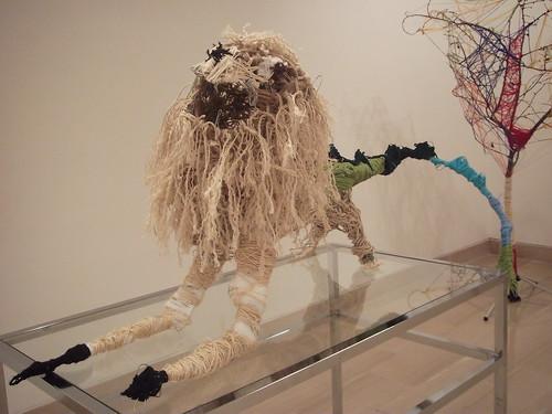 Escultura de lana y cuerdas de un león mitad león y lagarto