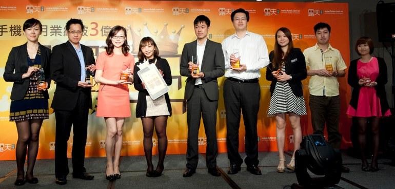 露天拍賣曾營運長(左四)與得獎手機品牌業者及露天大賣家合照