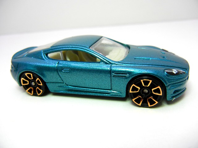 hot wheels aston martin dbs green (2)