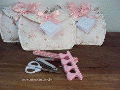Lembrança especial para as madrinhas de Casamento: Uma delicada necessaire, com kit manicure = Um luxo!