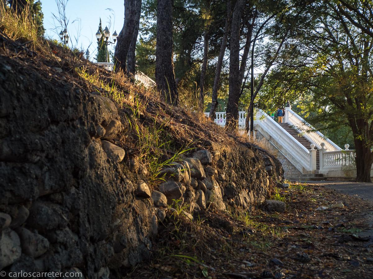 Muro de piedra y escalera