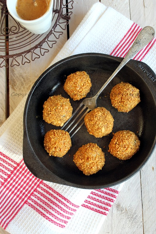 Rice balls with peanut crust