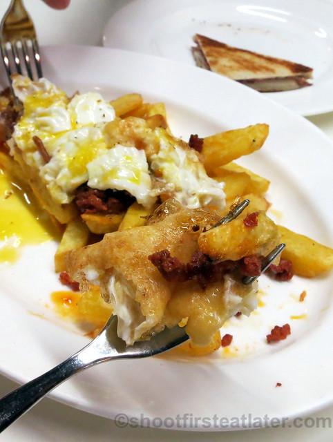 Tapas 24 - XORICOS OEUS DE PATATA (French Fries with chorizo & fried egg) €12-001