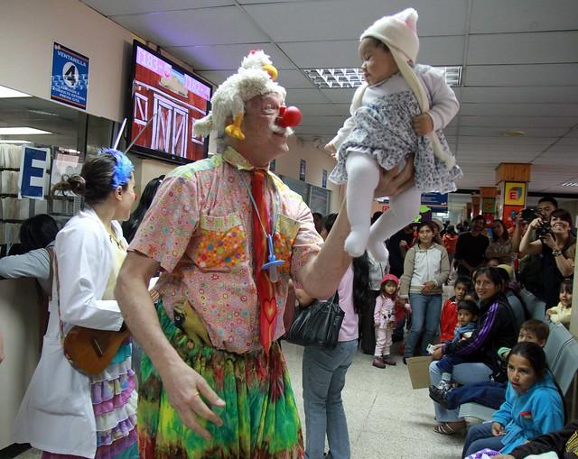 EL MÉDICO DE LA RISA PATCH ADAMS VISITÓ EL HOSPITAL BACA ORTÍZ PARA APOYAR LA TERAPIA DEL HUMOR