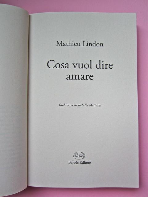 Mathieu Lindon, Cosa vuol dire amare; Barbès 2012. [resp. grafica non indicata]; fotog.: A. Robbe-Grillet, C. Simon, C. Mauriac, J. Lindon, R. Pinget, S. Beckett, N. Sarraute, C. Ollier, 1959 © M. Dondero. Frontespizio (part.), 1