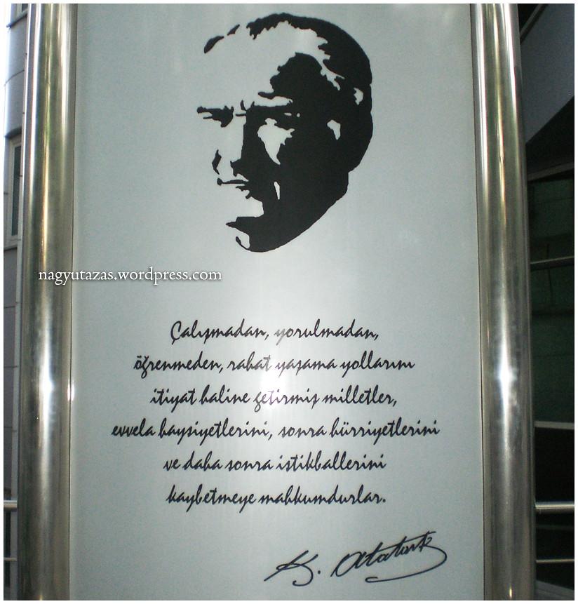 Ezüst Atatürk tabló egy közintézmény előtt