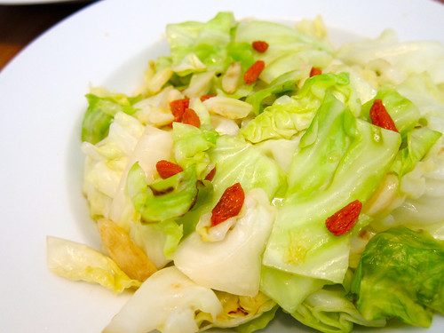 Sauteed Cabbage with Gogi Berries (枸杞炒高麗菜)
