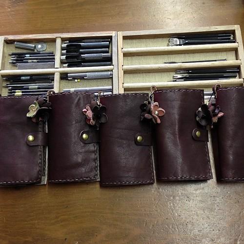携帯ケース、ノルマの5個完成です‼まだ刻印してないけどKOMUさんは、バッグ3個作ってくるはず(^_^*)