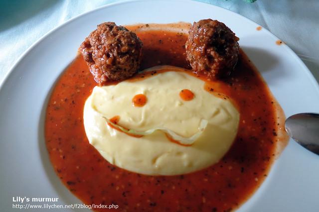 這是尼媽做的肉丸子薯泥,是小姑的最愛,因為剛好分到兩顆丸子,我就排成這個樣子了,尼幫我畫上眼睛,嘴巴是一片生菜。:-)