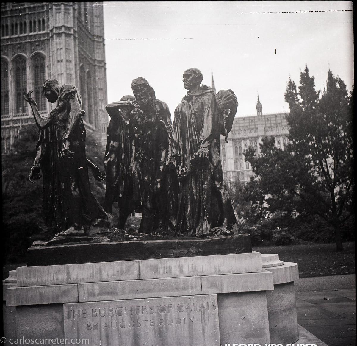 Los Burgueses de Calais, tras el palacio de Westminster