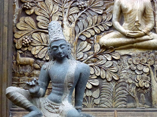 Statue and carving at Gangaramaya Temple