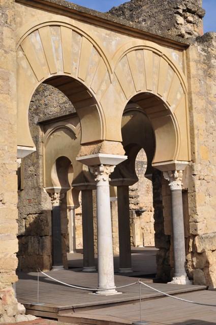 La casa del ejército era el lugar de espera para las personas que iban a ser recibidas por el califa. El edificio conserva su planta basilical con cinco naves longitudinales. Medina Azahara, el capricho del primer califa de Al-Andalus Medina Azahara, el capricho del primer califa de Al-Andalus 8176222646 d3e21ddc27 z