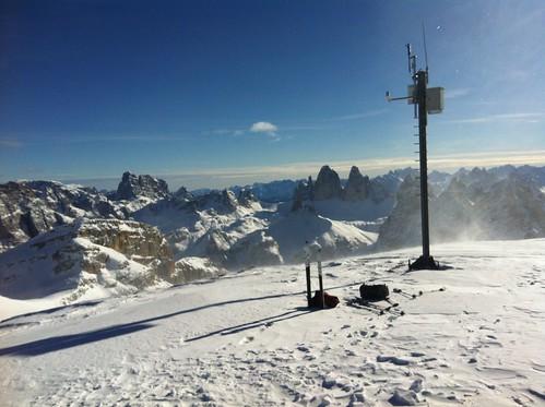 Gipfel Hochebenkofel mit Wetterstation 2.905 m Blick auf die Drei Zinnen