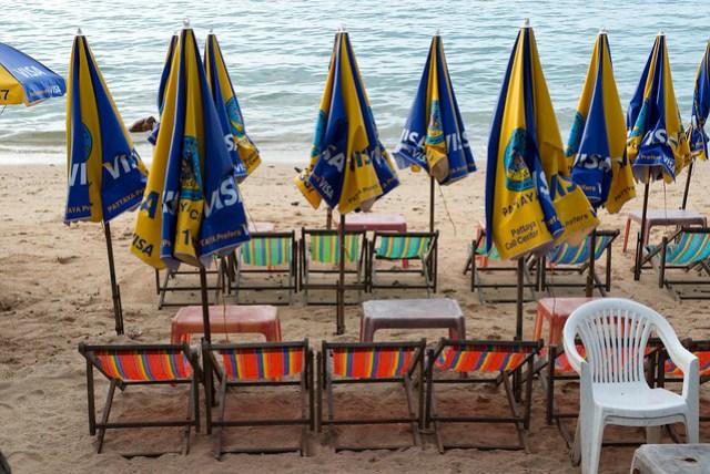 大概下午四點多躺椅攤販就會開始收拾,晚上可能沒人會想躺在海邊吹風?
