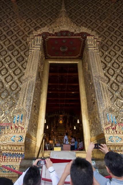 照規定,玉佛寺大殿內是禁止拍照的,不過大家都從門縫來偷拍