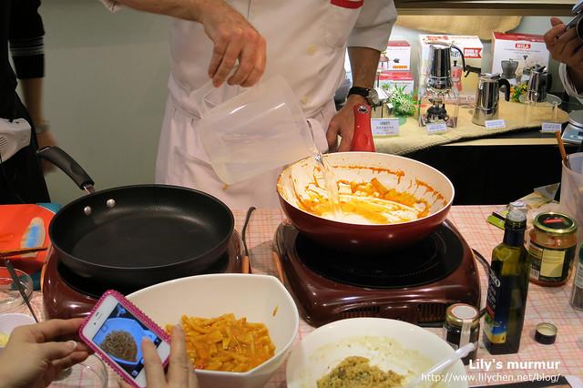 就算鍋子裡面滿佈著醬汁,但只要趁鍋子還有溫度,倒入水之後搖一搖,把水倒掉再拿紙巾抹掉即可。