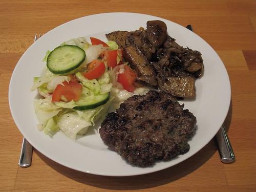 Burger mit gemischtem Salat und gebratenen Kartoffelspalten