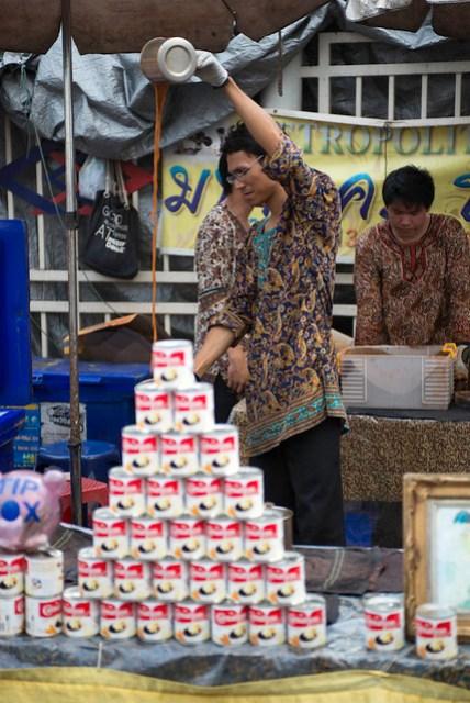 他們的茶攤販喜歡把煉乳罐堆成一道牆