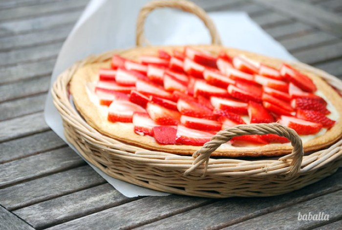 tarta de hojaldre, fresas, queso y chocolate blanco
