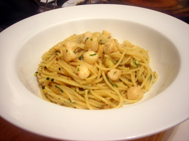 Spaghettini with scallops in garlic and parsley sauce