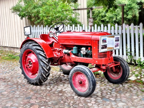 Historic Tractor by SpatzMe