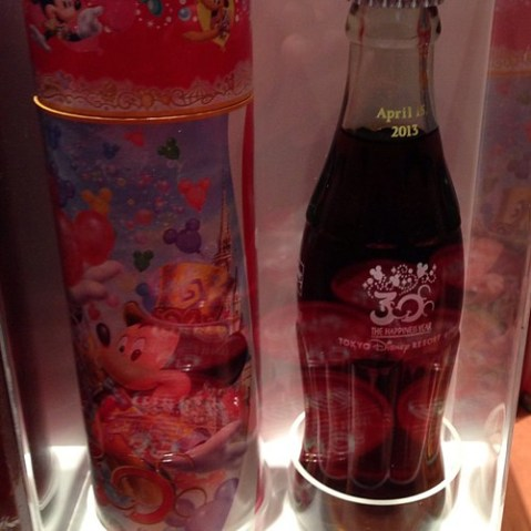 コカコーラ30周年ボトル発売中。実はコカコーラ取材したときに対応していただいた方の担当で話をちょっとだけ聞きました。