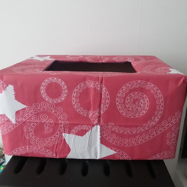 Knutselen voor kerst: een doos om al het cadeaupapier in te doen op kerstavond. Is bananendoos in papieren tafelkleed ingepakt #christmas