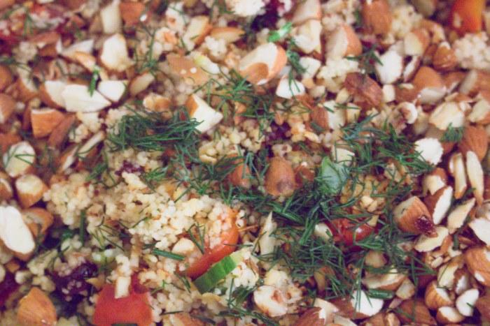couscoussalat mit feigen, cranberries & tofudressing