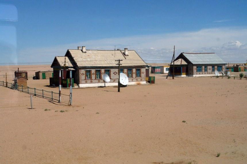 Casas con parabólicas junto a las vías El infierno de cruzar el desierto de Gobi - 16724688661 9848167ac6 b - El infierno de cruzar el desierto de Gobi