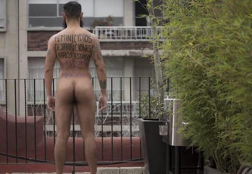 Carteles humanos toman espacios públicos y reclaman justicia por los 43 normalistas
